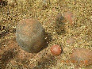 """cimetière traditionnels pour """"privilégiés"""" càd de plus de 50 ans: corps sous la grosse jarre en position foetale dans tunnel creusé à cet effet, cheveux et ongles dans petit """"canari"""" disposé à côté"""