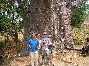 pose devant un baobab ayant été habité: 26 personnes peuvent stationner debout à l'intérieur  !!!!!